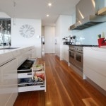 სამზარეულოს კარადები სახელურების გარეშე: დადებითი და უარყოფითი მხარეები