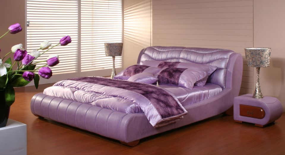 High-Gloss-Bed-with-Modern-Silver-Table-Lamp-for-Exclusive-Bedroom-Decorating-Style